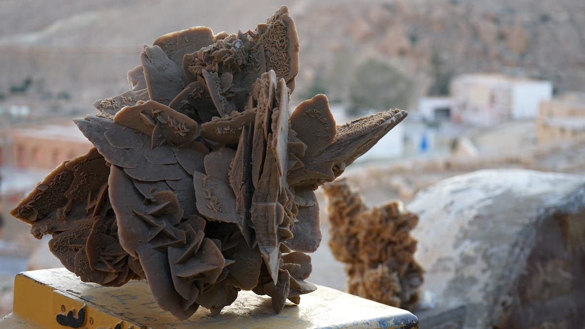 Typisches Andenken an einen Urlaub in Tunesien: Sandrosen aus den Tiefen der Salzseen. Foto: Beate Ziehres