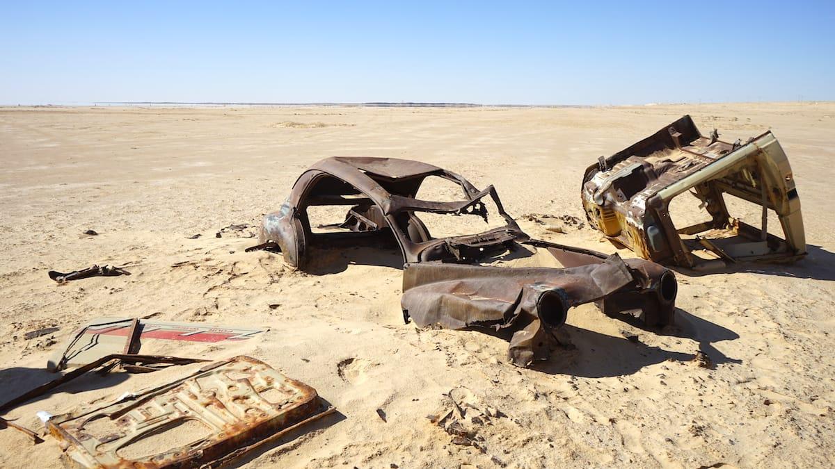 Tunesien Urlaub – Dieses Autowrack am Rande des Salzsees Chott el Djerid liegt offensichtlich schon länger. Foto: Bete Ziehres