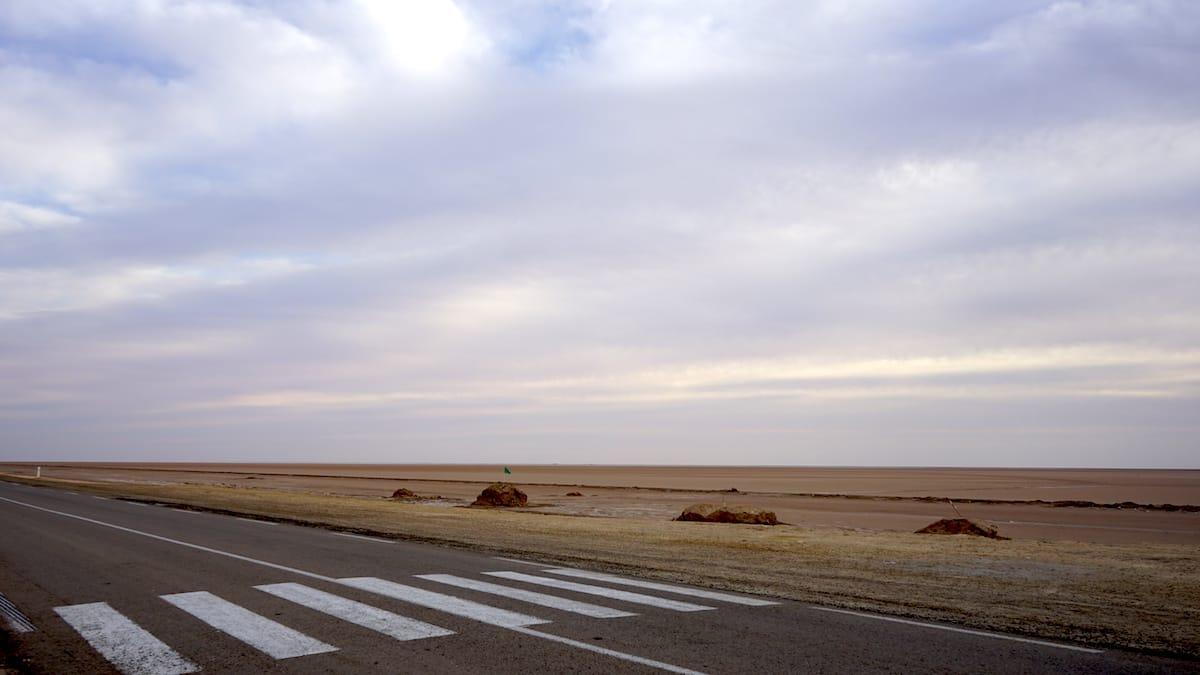 Tunesien Urlaub – Unendlich weit: Blick über die Straße auf den Salzsee Chott el Djerid. Foto: Beate Ziehres
