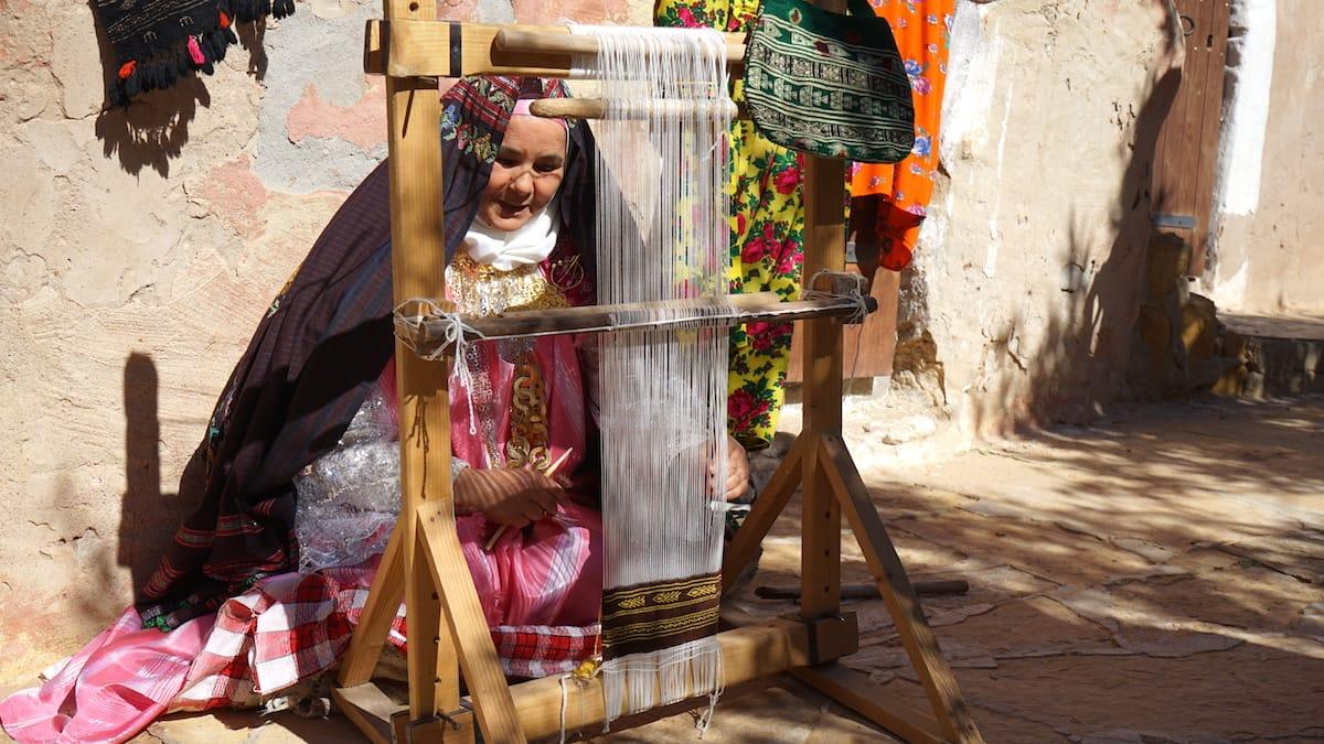 Tunesien Urlaub – Weberin im Innenhof von Ksar Hadada, Tunesien. Foto: Beate Ziehres