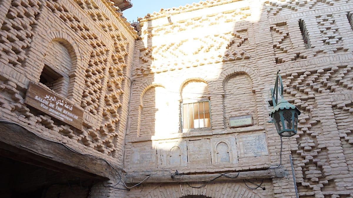 Tunesien Urlaub – Typische Fassaden in der Medina der Oasenstadt Tozeur. Foto: Beate Ziehres