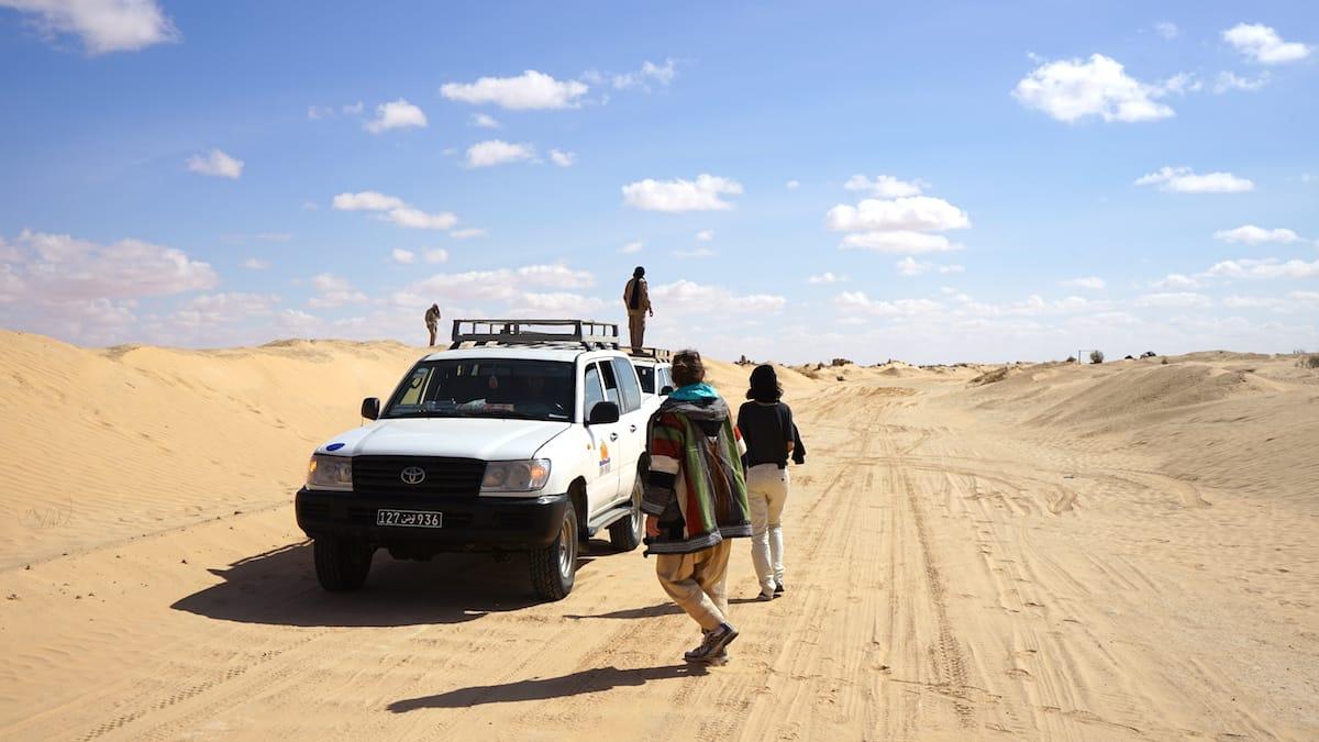 Tunesien Urlaub – zur eigenen Sicherheit nie alleine in die Wüste Sahara fahren. Foto: Beate Ziehres