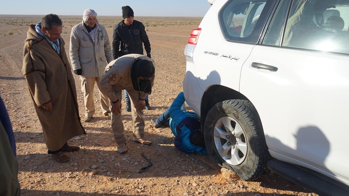 Tunesien Urlaub – Radwechsel auf Beduinen-Art fernab jeglicher Zivilisation. Die Fahrer wissen sich zu helfen. Foto: Beate Ziehres