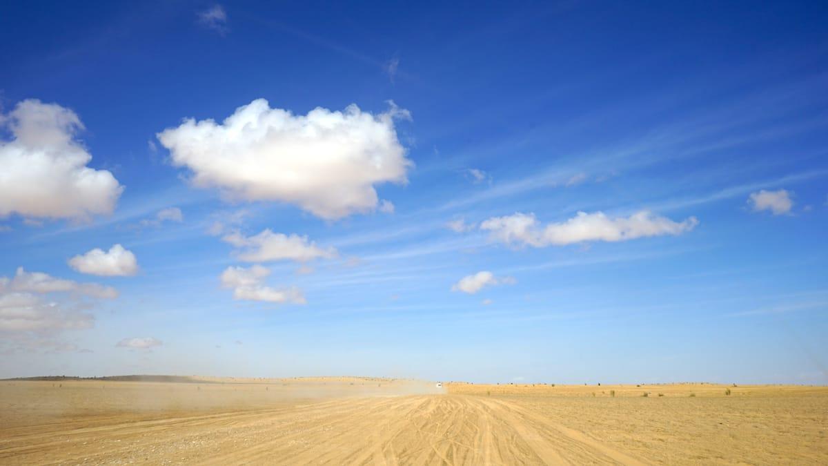 Tunesien Urlaub – Staubwolke von Geländewagen in der Sahara. Foto: Beate Ziehres