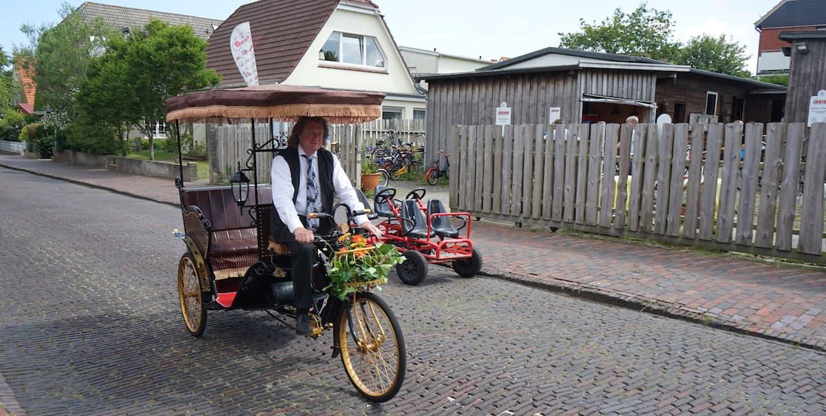 Wangerooge: Rüdiger Faust, Fahrradvermietung Beier, auf der Hochzeitsrikscha – Foto: Beate Ziehres