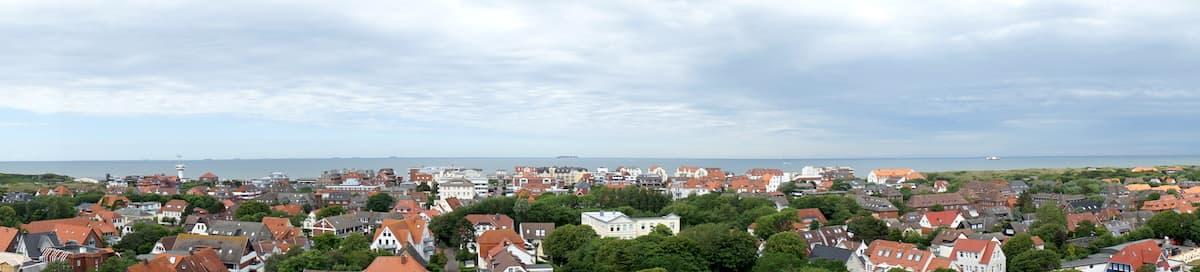 Wangerooge: Blick vom alten Leuchtturm über das Inseldorf – Foto: Beate Ziehres