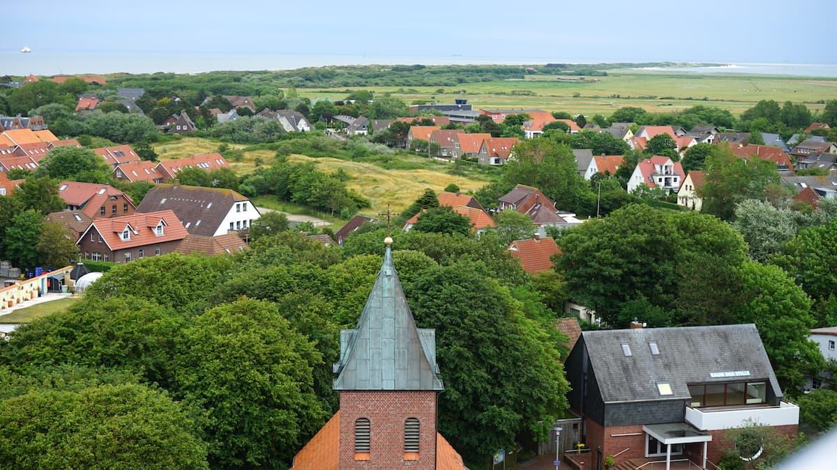 Wangerooge: Blick vom alten Leuchtturm über das Inseldorf zur Ostspitze der Insel – Foto: Beate Ziehres