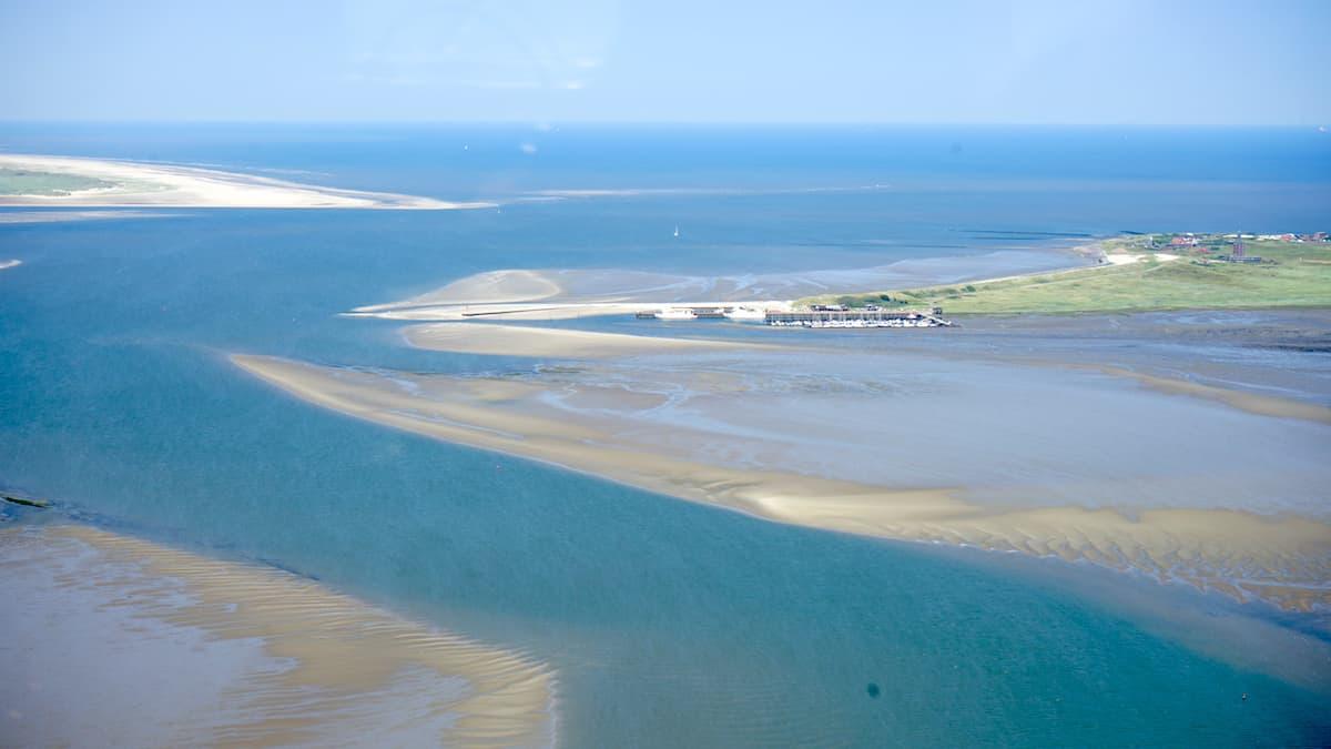 Der Hafen von Wangerooge bei Ebbe aus der Luft gesehen – Foto: Beate Ziehres