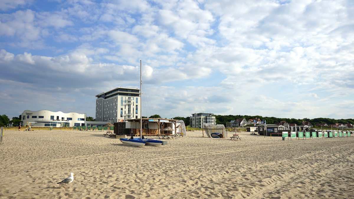 Alles möglich am Strand von Warnemünde: Boardverleih vor dem a-ja Hotel – Foto: Beate Ziehres