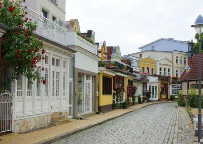 Auch in der Alexandrinenstraße sieht man die besondere Bauweise Warnemündes – Foto: Beate Ziehres
