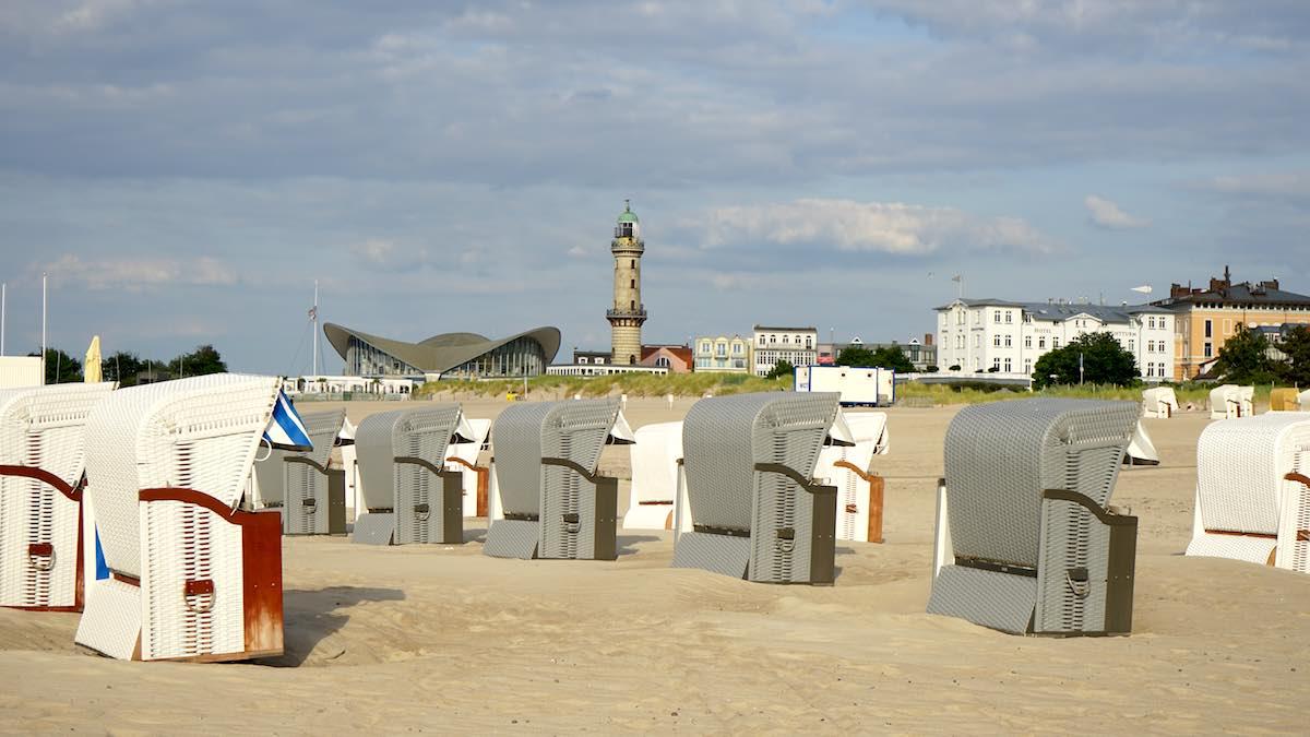 Leuchtturm und Teepott vom Warnemünder Strand aus betrachtet – Foto: Beate Ziehres