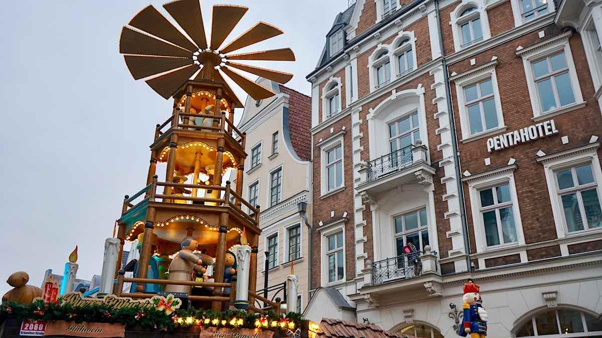 Weihnachtsmärkte Mecklenburg-Vorpommern: Weihnachtspryramide in Rostocks Innenstadt, Foto: Beate Ziehres