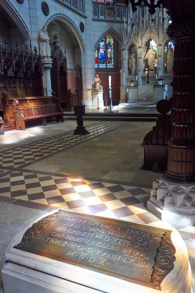 Luthers Grab in der Schlosskirche Wittenberg. Foto: Beate Ziehres
