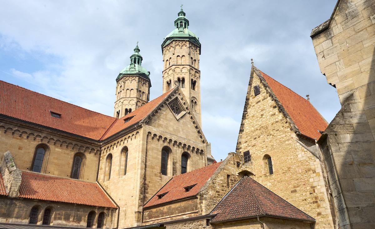 Ostchor des Naumburger Doms mit romanischen Türmen. Foto: Beate Ziehres