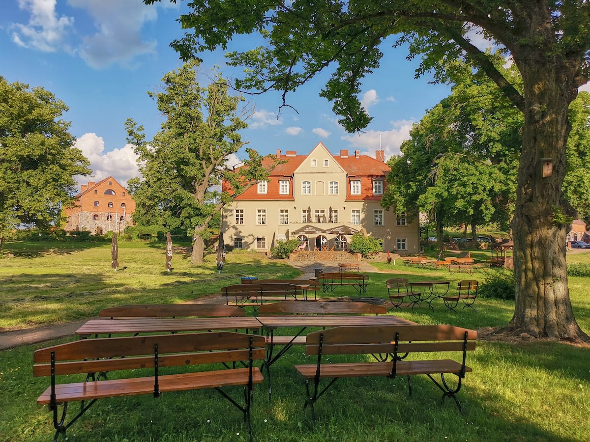 Biergarten am Herrenhaus im Ferienzentrum Olandia, Wielkopolska. Foto: Beate Ziehres, Reiselust-Mag