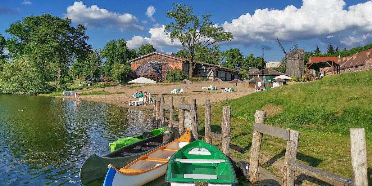 Bootsanleger und Strand im Ferienzentrum Olandia, Wielkopolska. Foto: Beate Ziehres, Reiselust-Mag