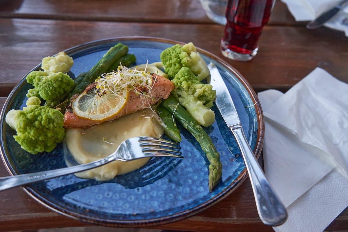 Lachs und Gemüse aus der Küche des Ferienzentrums Olandia. Foto: Beate Ziehres, Reiselust-Mag