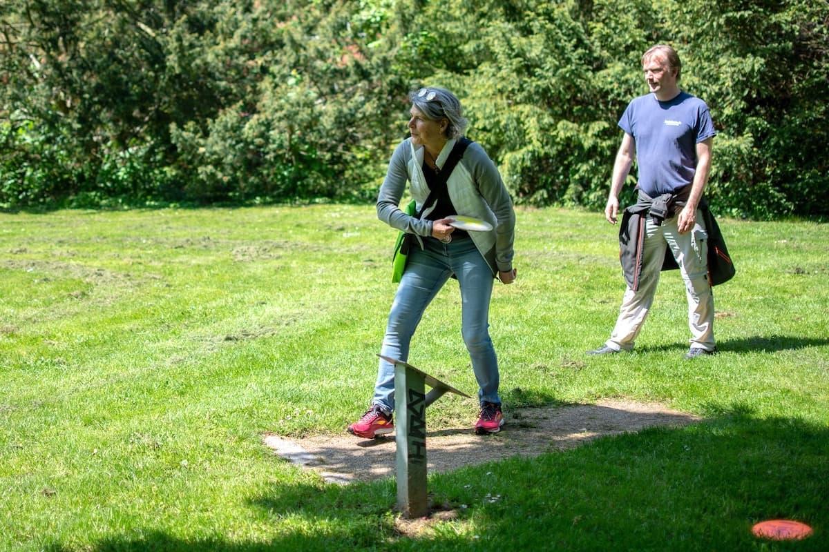 Wolfenbüttel: Beate spielt Disc Golf im Seeliger-Park. Foto: Luisa Nebel