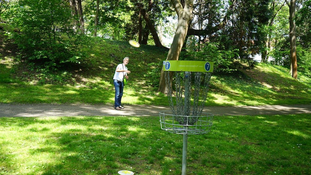 Wolfenbüttel: Das Runde muss in den runden Fangkorb – so einfach geht Disc Golf.