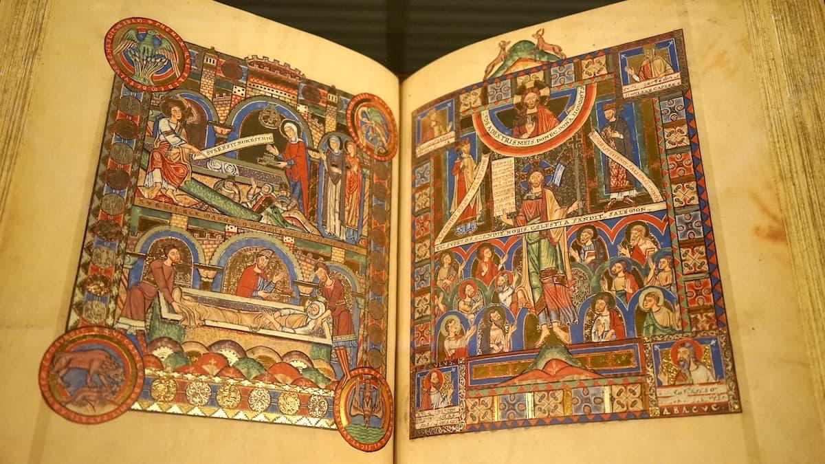 Wolfenbüttel, Herzog August Bibliothek: Das Evangeliar Heinrichs des Löwen war einige Jahre lang das teuerste Buch der Welt – hier zwei exemplarische Seiten in einem Faksimile.