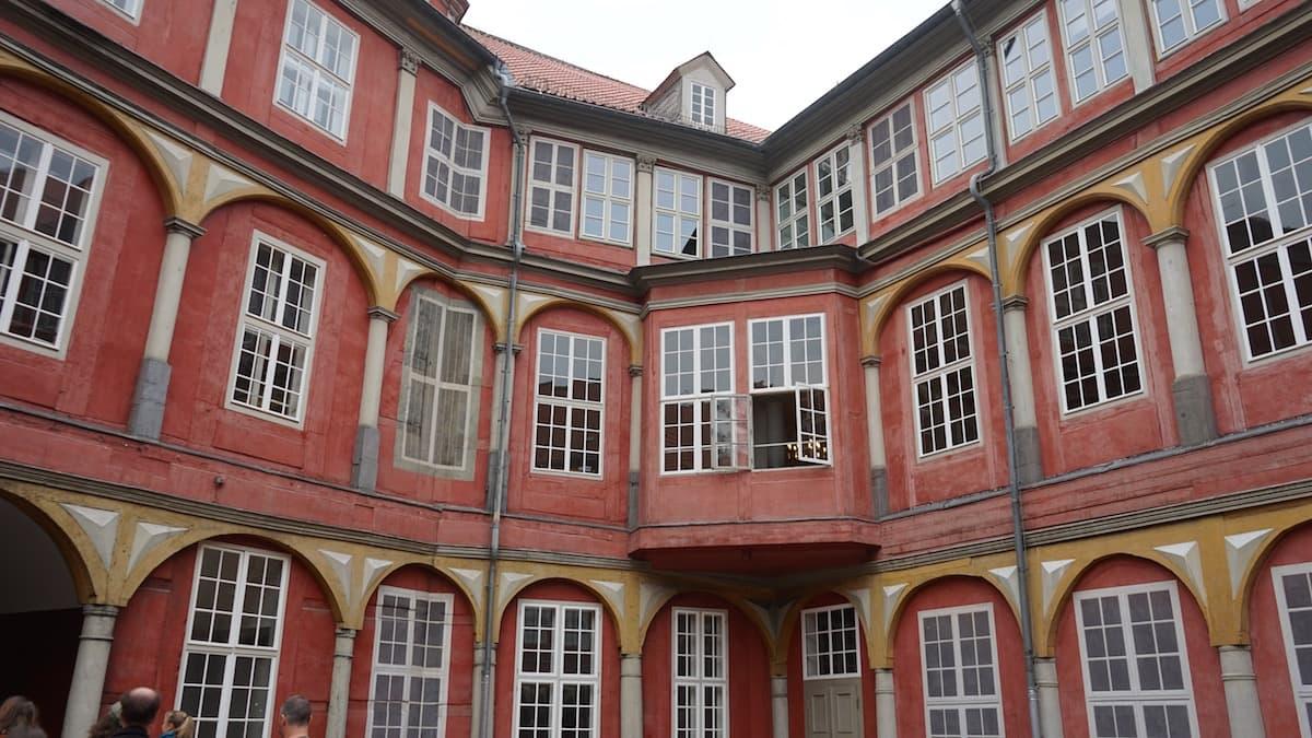 Fassade des Schlosses Wolfenbüttel, Hofansicht. Irgendwo sind hier immer die Maler zugange ...