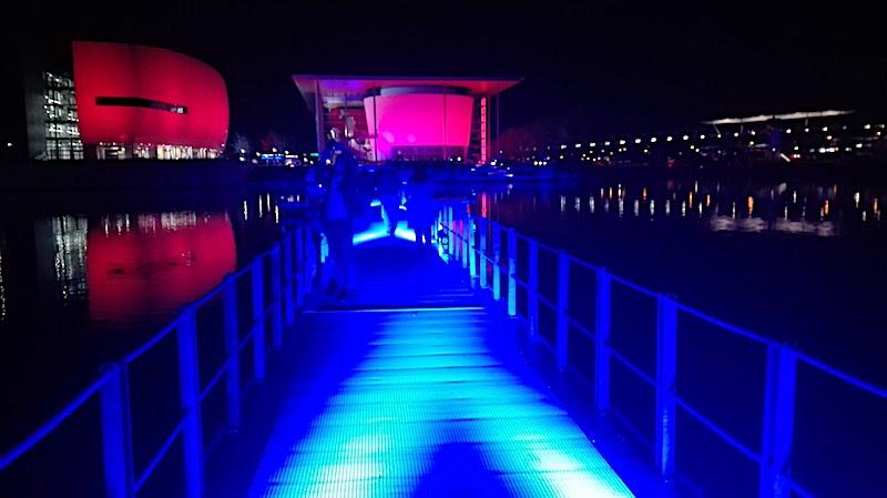 Nächtliche Impression aus der feierlich beleuchteten Autostadt in Wolfsburg, Niedersachsen – Foto: Beate Ziehres